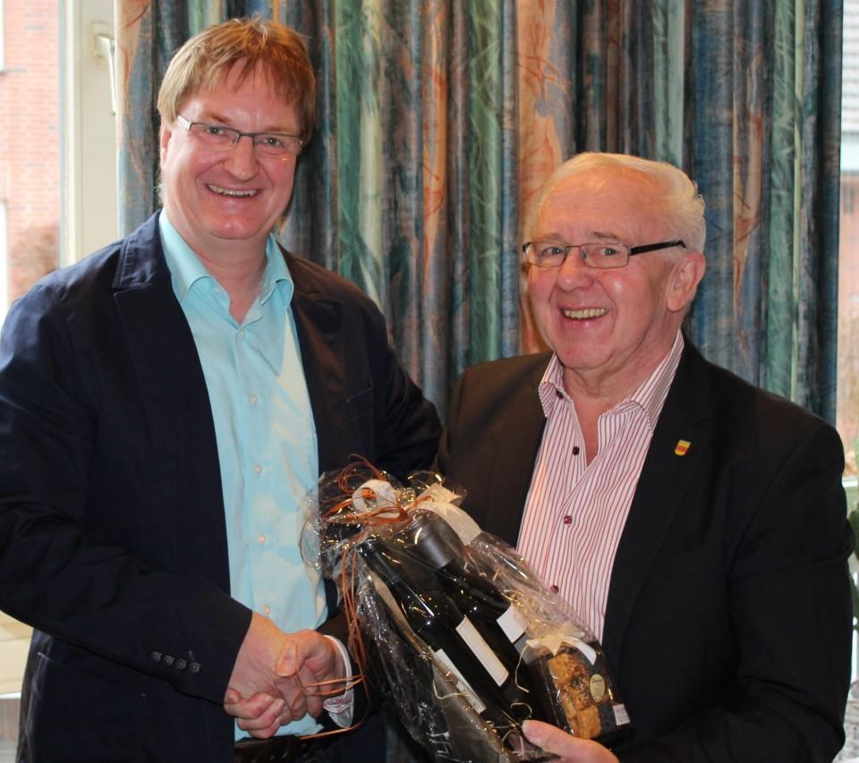 Ortsverbandsvorsitzender Thomas Lefering (links) bedankt sich bei Josef Osterhues für die langjährige aktive und engagierte Arbeit im Stadtrat und Kreistag